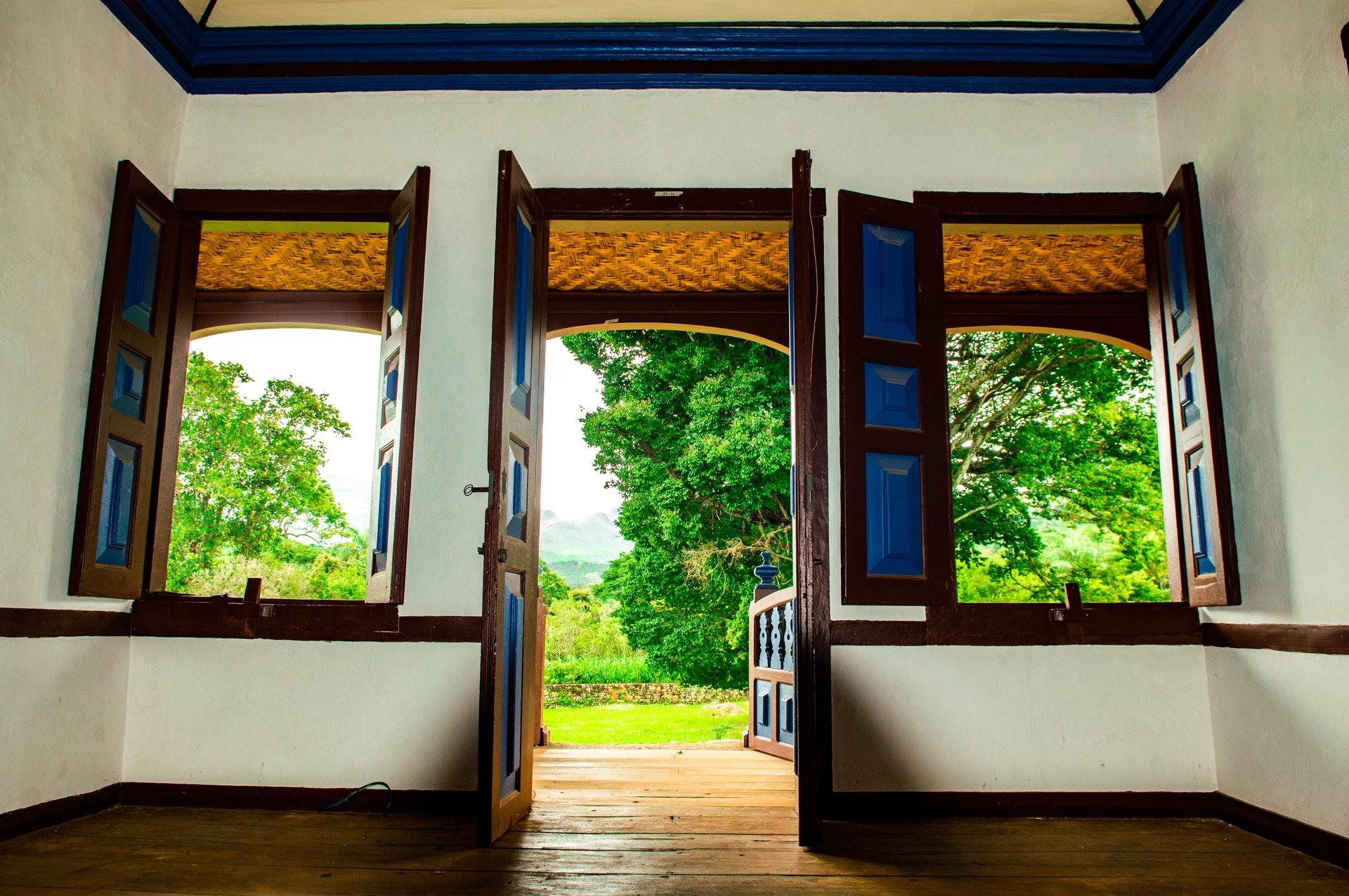 Duas janelas e uma porta aberta com vista para o exterior