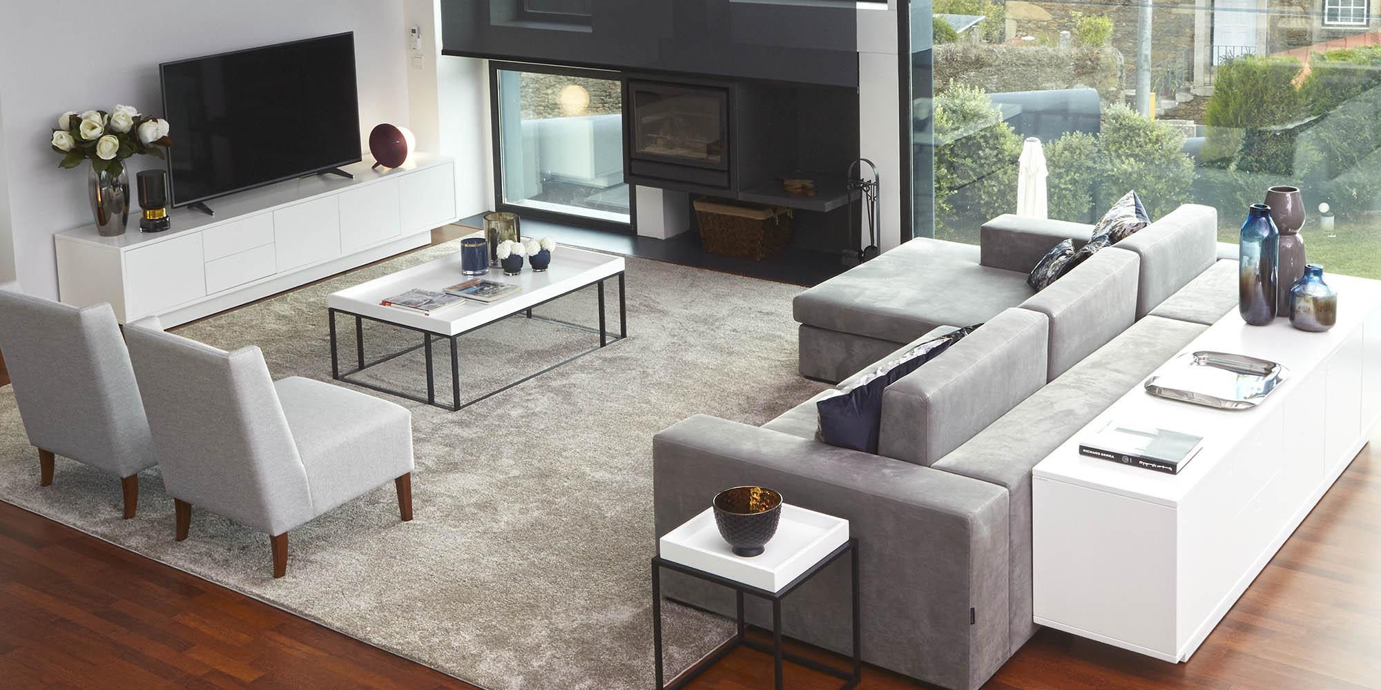 moradia-decoracao-camas-estofas-sofa-cinza-moveis-brancos